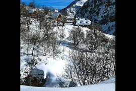 Dormillouse - Au Pays des Ecrins, Dormillouse est le seul hameau habité à l'année (quatre habitants) , dans le coeur du Parc. Refuge d'une communauté religieuse vaudoise, la vallée et commune de Freissinières aux 17 hameaux assume crânement, au sein du massif, son double statut de vallée chargée d'histoire et de territoire d'accueil de l'élite mondiale de l'escalade moderne en falaises et cascades de glace.  © Patrick Desgraupes