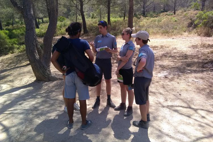 Volontaires en action dans le Parc national des Calanques © DR PNCal